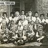 Без коричневої форми і фартухів прислуги: як одягалися школярі до війни