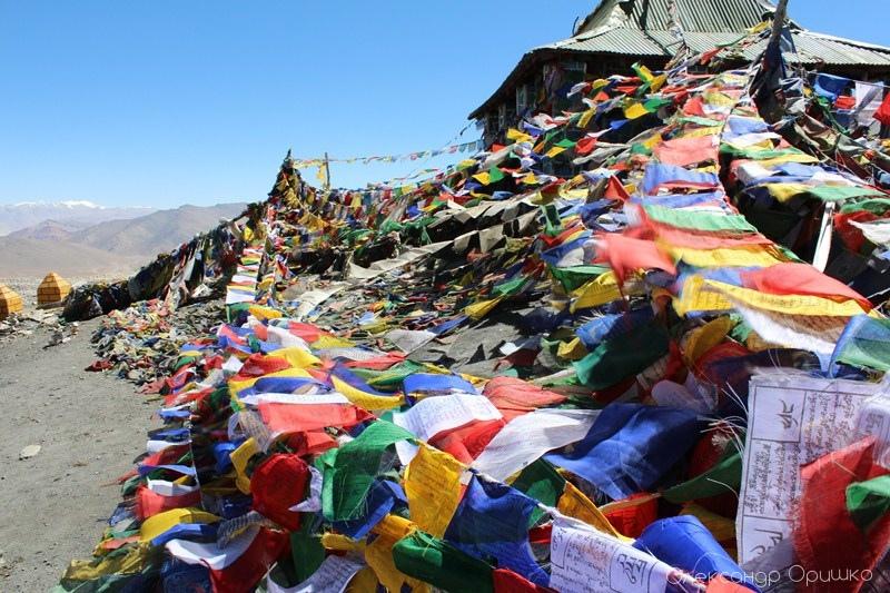 На перевалі в 5360 м. Ці кольорові стрічки - обереги. Тут їх залишають туристи
