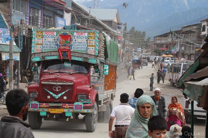 Кольорові і чудернацькі вантажівки в індійських містах. Тут - вирує життя