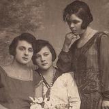 Дівчата-подружки з Волині на фото першої половини ХХ століття