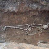 Бронзове ложе та золото у роті: у Греції розкопали жіноче поховання