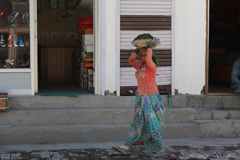 Нежіночу роботу виконують в Індії жінки. Ця леді несе на голові бетонну суміш на будівництво