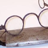 Хто винайшов перші окуляри та як вони виглядали