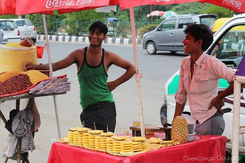 Торговці вуличною їжею у Делі. Горішки, фрукти, пляцки - звичайна і проста їжа індусів