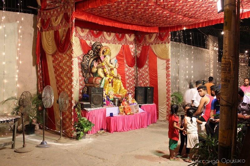 Ганеш - божество з головою слона. Він прибирає всі перепони для кожного, хто попросить його про допомогу. Це індуський бог успіху і мудрості.