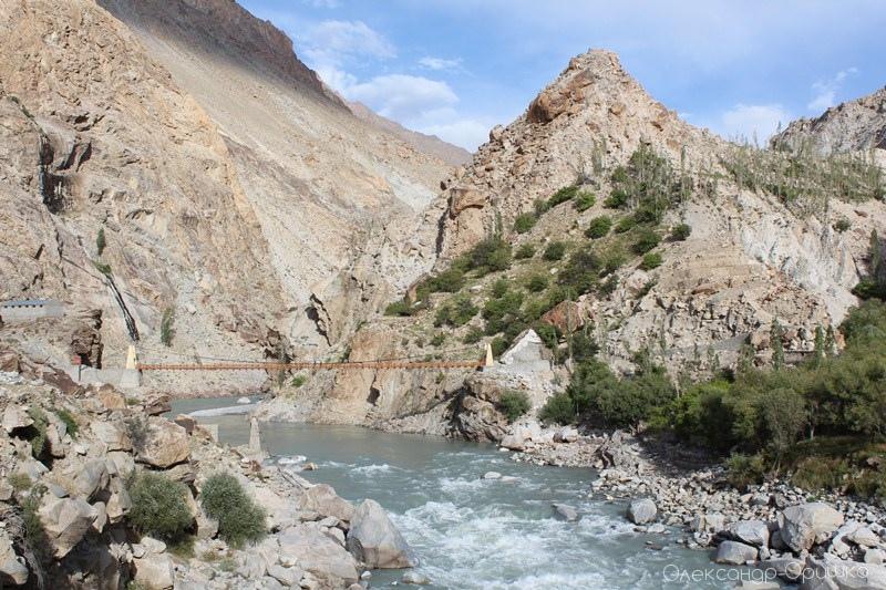 Бурхлива річка Занскар, що в'ється долинами та ущелинами провінції Ладакх. Свого часу вона знесла міст, рештки якого видніються під новим мостом