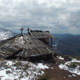 На високогір'ї Карпат знайшли унікальну 8-кутну хатину вівчарів