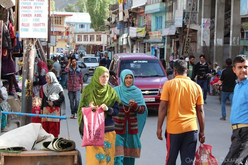 Жінки в Індії носять традиційний одяг, який називається сарі. Такий місцевий звичай робить цю країну ще більш барвистою